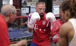 Franck Ribéry s'est essayé à la boxe dans une salle new yorkaise, en marge de la tournée aux Etats-Unis du Bayern Munich, le 4 août 2014.