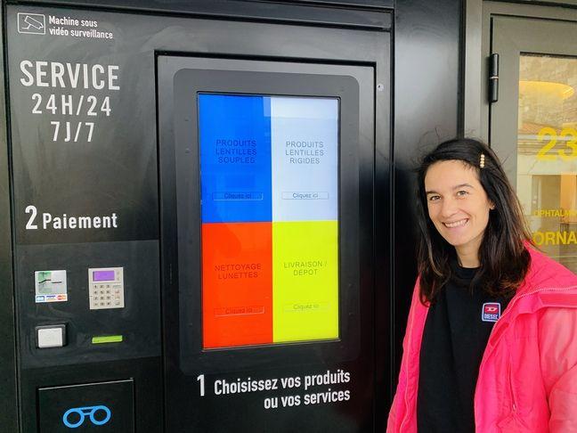 La Bordelaise Ambre Garcia devant son nouveau distributeur, rue d'Ornano à Bordeaux.