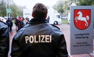 Un officier de police devant la salle où se tient le procès à Oldenburg en Allemagne, le 30 octobre 2018.