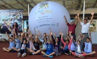 Les élèves devant un ballon de 15.000 litres, l'équivalent de ce qu'ils respirent par jour.