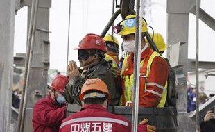 Un des mineurs sauvé de la mine de Qixia, en Chine, le 24 janvier 2021.