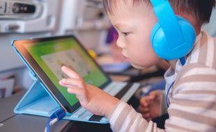 L'exposition des enfants de moins de trois ans aux tablettes, smartphones et autres écrans est déconseillée par les autorités sanitaires.