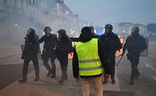 Un «gilet jaune» face aux forces de l'ordre lors d'une manifestation à La Rochelle, le 12 janvier 2019.