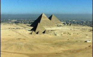 """L'Egypte est scandalisée qu'un concours qui vise à choisir, par mail ou texto, les """"nouvelles sept merveilles du monde"""", ose mettre au vote les Pyramides de Guizeh, près du Caire."""