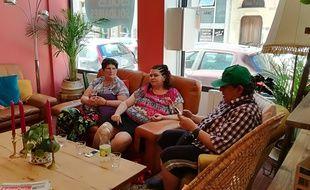 A l'Escale solidaire, ouverte à Lyon par Habitat et Humanisme, riverains, personnes isolées, démunies se retrouvent le temps d'un repas, d'un café ou de jeux, au cours d'ateliers.