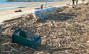 Des déchets s'amoncellent sur la plage (à gauche), des accès ont été détruits et le parking inondé (à droite).