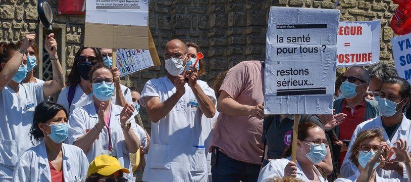 Un rassemblement de soignants devant l'hôpital Robert-Debré à Paris, le 28 mai 2020.