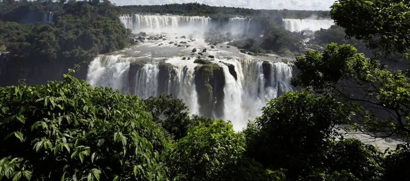 Les chutes d'Iguazu, au Brésil. Ces chutes font partie de l'Aquifère Guarani, une des plus importantes réserves d'eau douce dans le monde.