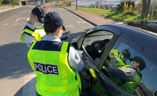 Un contrôle de police pour éviter les départs en vacances, à Tourcoing, le 10 avril 2020.