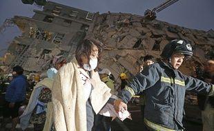 Des secouristes évacuent un survivant après un séisme à Tainan au sud de Taïwan le 6 février 2016