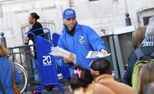 Un colporteur distribue le journal 20 Minutes à Marseille.