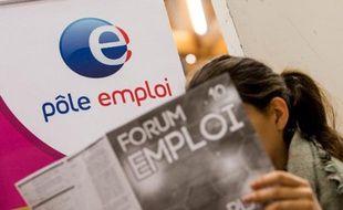 Une femme assiste à un forum sur l'emploi dans une agence pôle emploi le 30 septembre 2014 à Villeneuve-d'Ascq, dans le nord de la France