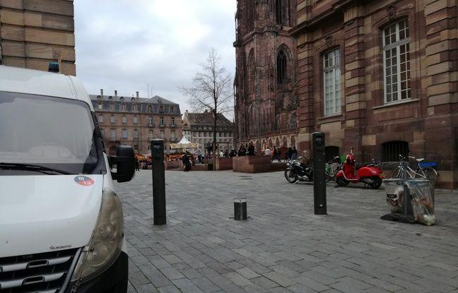 De nombreux véhicules des forces de l'ordre sont postées dans le centre de Strasbourg, comme ici à l'entrée de la place du Château.