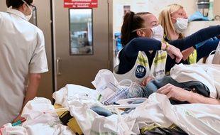 Prise en charge d'un patient au centre hospitalier de Lille, en avril 2020, en pleine épidémie de Covid-19.