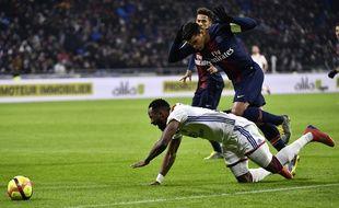 Cette faute de Thiago Silva sur Moussa Dembélé a donné un pénalty aux Lyonnais, au Parc OL le 3 février 2019.
