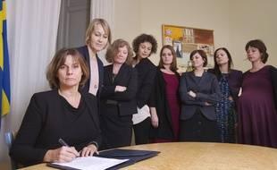 La Numéro 2 du gouvernement suédois signe une proposition de loi sur le climat à Stockholm le 3 février 2017.