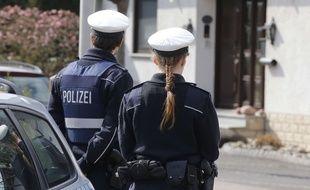 La police se tient devant la maison où vivait Andreas       Référence : AP21712681_000007     Date : 20150326     Titre : Germany France Plane Crash     Légende : Police hold media away from the house where Andreas Lubitz, le copilote de l'avion A320 qui s'est écrasé le 24 mars 2015.