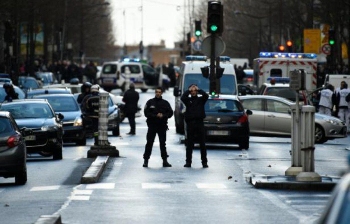 Circulation interrompue Boulevard Barbès le 7 janvier 2016 à Paris – LIONEL BONAVENTURE AFP
