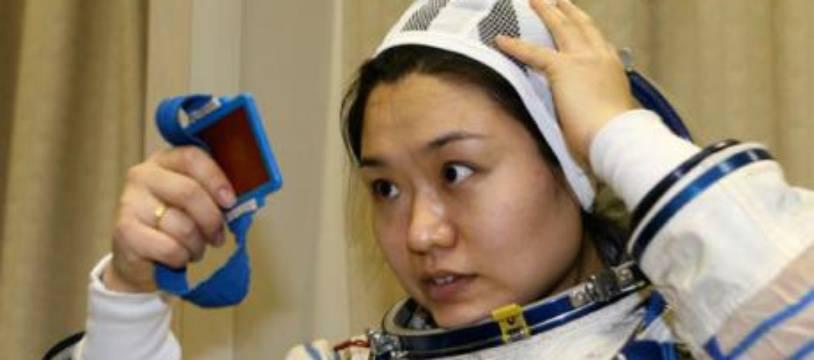L'astronaute sud-coréenne Yi So-yeon n'en oublie pas d'être coquette lors d'une séance d'entraînement près de Moscou, Russie, le 7 mars 2008.