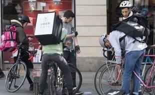 Des livreurs en vélo attendent une commande dans les rues de Nantes en mai 2016.