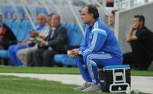 Marcelo Bielsa, l'entraineur de l'OM, dans sa position préférée, assis sur une glacière.