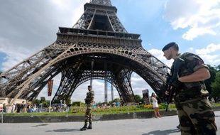 """La Tour Eiffel a été évacuée quelques heures dimanche après-midi après un """"appel malveillant"""" et le secteur bouclé par les forces de l'ordre."""