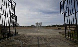 Une vue à travers la porte ouverte de l'ancien camp de concentration nazi de Sachsenhausen est vue à Oranienburg le 16 avril 2020.