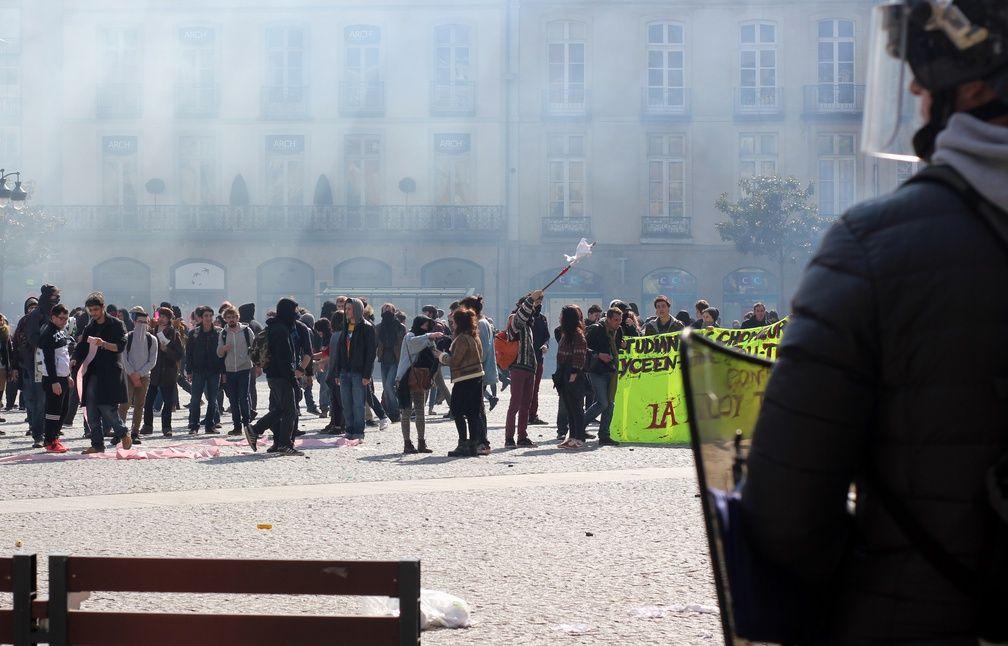Des heurts ont éclaté place de la Mairie et les forces de l'ordre ont fait usage de gaz lacrymogènes. - C. Allain / APEI / 20 Minutes