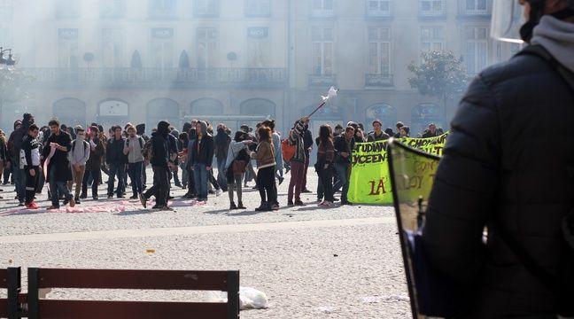 Des heurts ont éclaté place de la Mairie et les forces de l'ordre ont fait usage de gaz lacrymogènes. – C. Allain / APEI / 20 Minutes