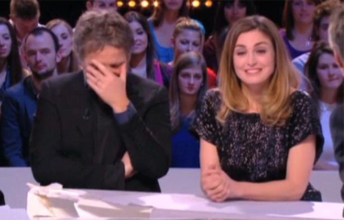 Capture d'écran d'un extrait du Grand Journal de Canal + avec Stéphane Guillon et Julie Gayet. – 20 Minutes