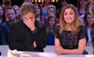 Capture d'écran d'un extrait du Grand Journal de Canal + avec Stéphane Guillon et Julie Gayet.