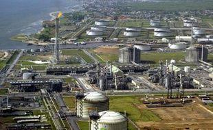 """Le géant pétrolier Anglo-néérlandais Shell a annoncé vendredi avoir déclaré l'état de """"force majeure"""" et suspendu ses exportations de brut à partir de son terminal de Bonny, dans le Delta du Niger, en raison d'une fuite sur un oléoduc."""