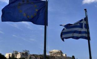 Les drapeaux grec et européen devant l'Acropole à Athènes, le 26 juin 2015