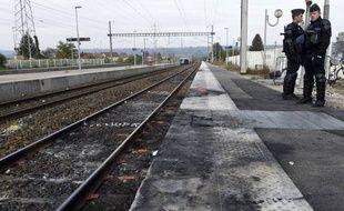 Cinq voitures ont été transportées et brûlées sur les voies ferrées de la gare de Moirans.