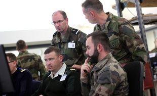 Des militaires au centre de commandement de l'état major mènent l'exercice Noroit. Cette simulation d'attaque terroriste est pilotée depuis Rennes.