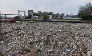 A Méricourt (Yvelines), 200 tonnes de déchets étaient retenus par un barrage sur la Seine, ceux-ci ont été transportés par le fleuve suite aux inondations.