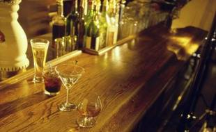 Des verres d'alcool sur un bar.