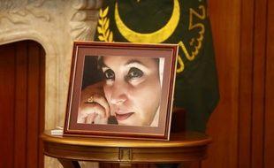 Deux hauts responsables de la police et cinq talibans ont été inculpés du meurtre de la Première ministre pakistanaise Benazir Bhutto en 2007, a annoncé samedi un procureur.