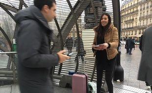 Le 15 novembre 2016 sur le parvis de la gare Saint-Lazare à Paris. La militante Sophia Bahri distribue des tracts en faveur du candidat à la primaire à droite Jean-François Copé