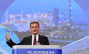 """Le commissaire européen à l'Energie Günther Oettinger a appelé mercredi dans le journal économique allemand Handeslblatt """"toutes les parties à ne pas s'opposer par principe aux euro-obligations"""", soutenues par la France mais refusées par l'Allemagne avant un sommet informel à Bruxelles."""