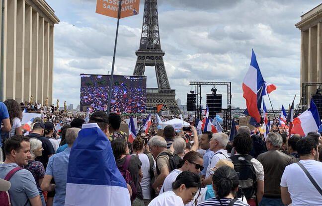 Les opposants au pass sanitaire au Trocadéro, à Paris, samedi 24 juillet 2021.