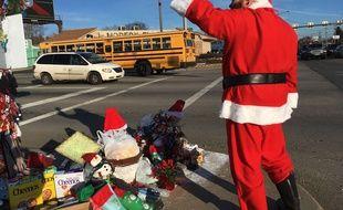 Jimmy Izbinski, vêtu d'un costume de père Noël, salue les automobilistes qui passent devant la mauvaise herbe de Noël à Toledo, dans l'Ohio (USA).