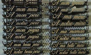 Des plaques funéraires. (Illustration)