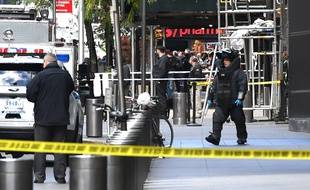 Un démineur de la police new-yorkaise intervient dans les bureaux de CNN après une alerte à la bombe, le 24 octobre 2018.