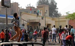 Une personne a été tuée dimanche devant la cathédrale Saint-Marc du Caire dans les violences qui ont suivi les funérailles de quatre Coptes (chrétiens d'Egypte), pendant lesquelles des slogans contre le président islamiste Mohamed Morsi ont été lancés.