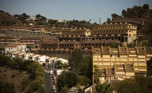 Jeu de clés en main, l'agent immobilier d'une banque fait visiter les appartements d'un complexe résidentiel de luxe sur la Costa del Sol espagnole mais, même en accordant des rabais de jusqu'à 60%, la moitié des logements restent désespérément vides.