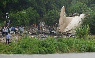 Une photo du site où au moins 27 personnes ont été tuées le 3 novembre 2015 à Juba, capitale du Soudan du Sud, dans l'accident d'un avion-cargo qui s'est écrasé au décollage sur une zone de hameaux agricoles