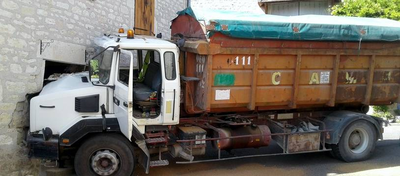 La camion qui transportait du blé a terminé sa course dans la maison.