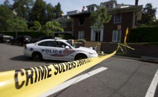 La police restreint l'accès à la maison où quatre personnes ont été retrouvées mortes à Washington, le 20 mai 2015.