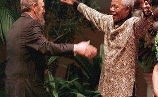 """La mort de Nelson Mandela est ressentie avec une """"profonde douleur"""" à Cuba, un des premiers pays où s'était rendu le leader sud-africain après sa sortie de prison afin de remercier son ami Fidel Castro pour son soutien militaire à la lutte contre l'apartheid."""